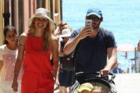 Michelle Hunziker al mare con Tomaso e le bimbe: passeggiata e risate con i paparazzi