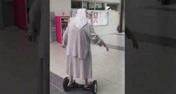 Francia, suora di 77 anni al seggio su un hoverboard: il video diventa virale