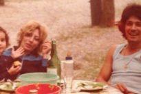 La bimba in braccio alla mamma è la protagonista dello scoop dell'estate : la riconoscete?