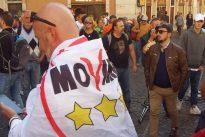 Beppe Grillo a Roma, il giallo del piede finto