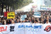 Scuola, protesta degli studenti in tutta Italia: a Milano lancio di fumogeni e scritte sui vetri di McDonald's