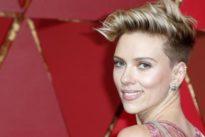 Nuovo amore per Scarlett Johansson: baci e abbracci con il comico Colin Jost