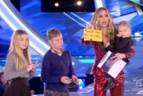 Ilary Blasi, sul palco del GF irrompono i figli: «Mamma per noi hai vinto». Totti dietro le quinte