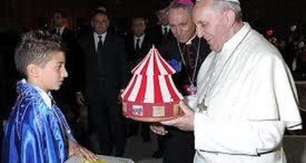Papa Bergoglio manda i barboni e i migranti al circo ma viene contestato dalla Lega per la protezione animali