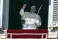 Il Papa bacchetta i cattolici: «Non siate avidi, fate l'elemosina ai poveri»