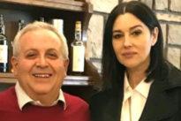 Monica Bellucci, cena e foto ricordo: a 53 anni è sempre più bella