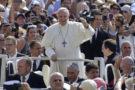 Sorpresa a piazza San Pietro, il Papa fa salire 6 bambini sulla &ldquo-papamobile&rdquo-