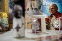 Roma, il Papa contro i souvenir illegali: «Il marchio vaticano va tutelato»
