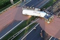 Polonia, tir carico di cioccolato si rovescia: disastro in autostrada