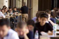 Bocciata la buona scuola di Renzi: eliminata la chiamata diretta dei professori