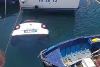 Torre del Greco, Smart senza freno a mano finisce in mare al porto