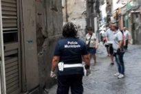"""Napoli, cinque bimbi """"fantasma"""" abbandonati in un seminterrato tra la sporcizia"""