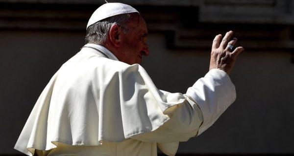 Papa Francesco boccia il reddito di cittadinanza: non aiuta a sviluppare un Paese
