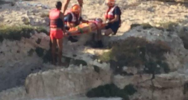 Lecce, si tuffa e finisce su uno scoglio: ferita una 25enne