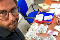Perde 13 mila euro a Napoli: il ristoratore li trova e li restituisce