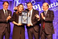 """Premio DeA Planeta: Simona Sparaco vince la prima edizione con """"Nel silenzio delle nostre parole"""""""