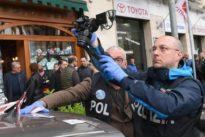Napoli, spari tra la folla: pregiudicato in fin di vita. Grave bimba di quattro anni, ferita anche la nonna
