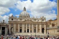 Vaticano, negli Usa in calo le donazioni per lo scandalo abusi e il dossier Viganò