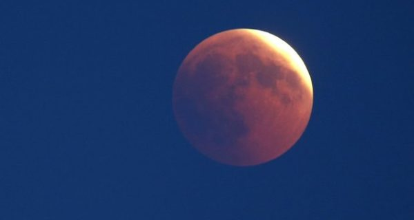 Luna, stasera l'eclissi parziale visibile da tutta Italia: ecco come assistere allo spettacolo