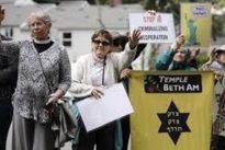 Suora novantenne va a protestare contro Trump, la polizia la arresta