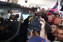 Cagliari, Nainggolan accolto all'arrivo da centinaia di tifosi