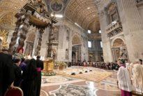 San Pietro, cadono frammenti dal soffitto durante la messa di Papa Francesco