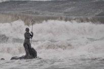 Maltempo da Ostia a Fiumicino: automobilisti bloccati. E il mare spazza via la statua del Nettuno