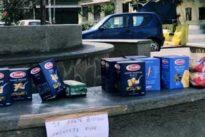 Coronavirus Roma, pasta e zucchero lasciati nelle piazze per chi è in difficoltà
