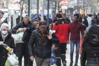 Coronavirus, a Ostia divieti ignorati: decine di persone a passeggio, folla nella strada dello shopping