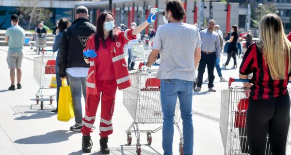 «Il coronavirus non si prende al supermarket». Studio tedesco ridimensiona il rischio contagio da oggetti