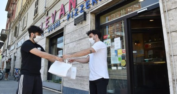 Riaperture bar, negozi, parrucchieri: dal 18 decidono le Regioni ma il governo potrà bloccarle