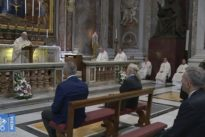 Riapre San Pietro, Papa Francesco (senza mascherina) elogia Wojtyla: un Papa per il popolo