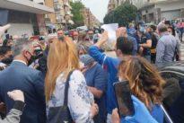 Roma, minacce a Raggi a Ostia da commercianti e CasaPound: «E' la tua ultima passeggiata». M5S: «Squadrismo»